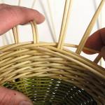 Jednotlivé řady dobře stahujte k sobě, aby po uschnutí ošatky výplet nezřídnul.